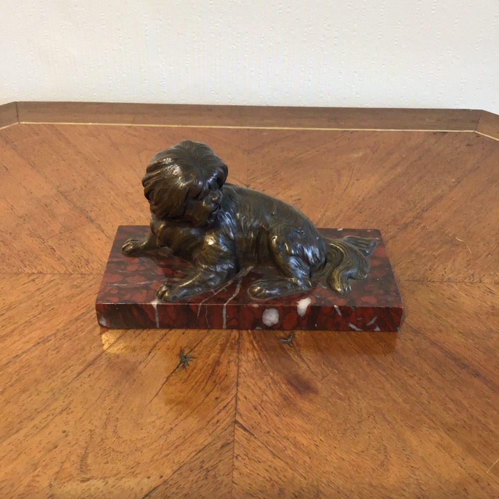 Bronze représentant un chien, sur socle en marbre rouge, non signé, les curiosités d'emilie