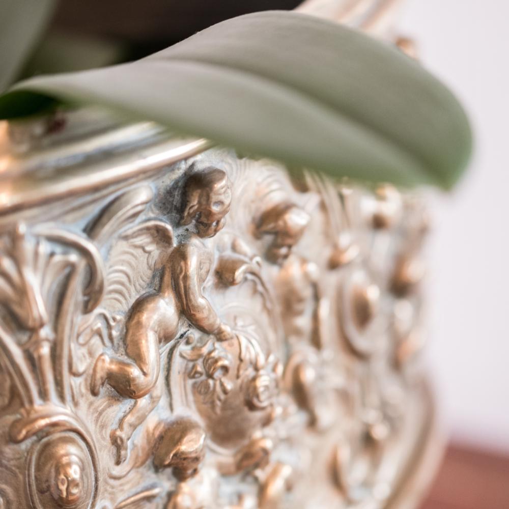 Cache pot époque XIXème en laiton à décor d'angelots et feuillage à retrouver sur le site www.lescuriositesdemilie.fr 2
