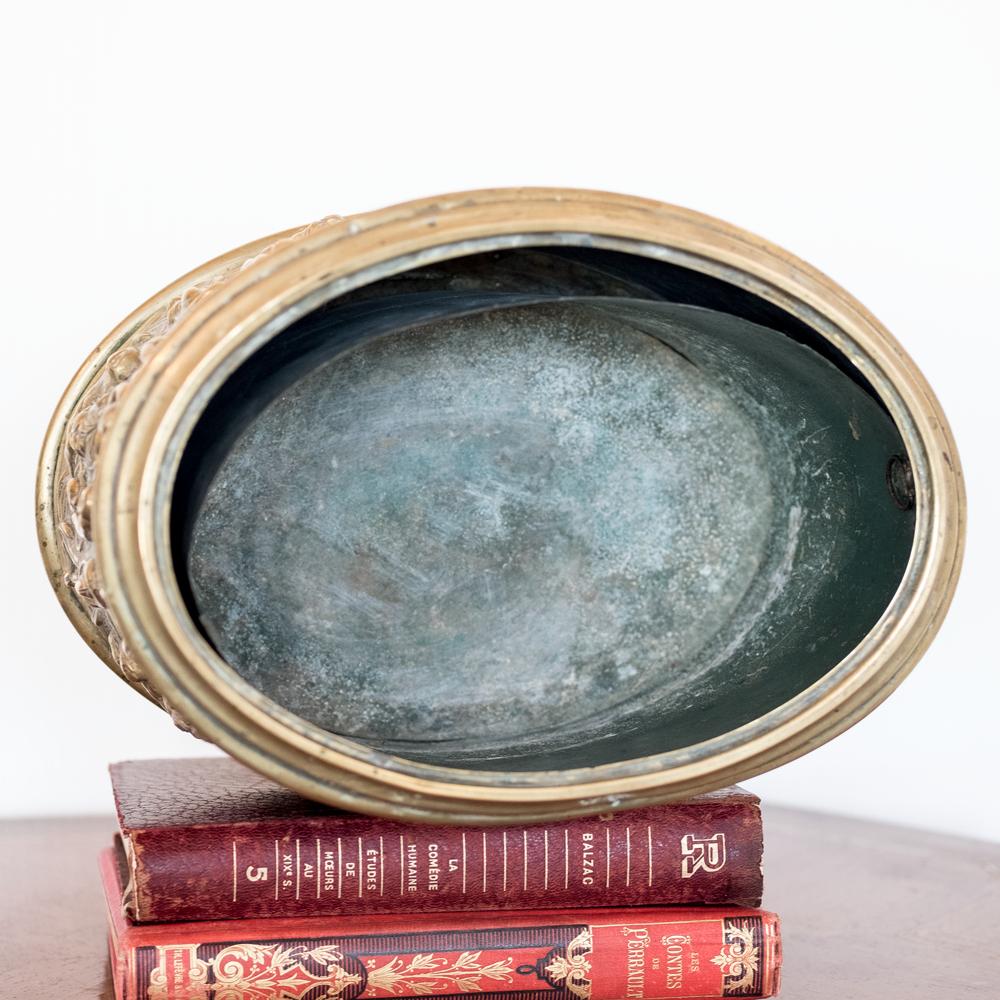 Cache pot époque XIXème en laiton à décor d'angelots et feuillage à retrouver sur le site www.lescuriositesdemilie.fr 4