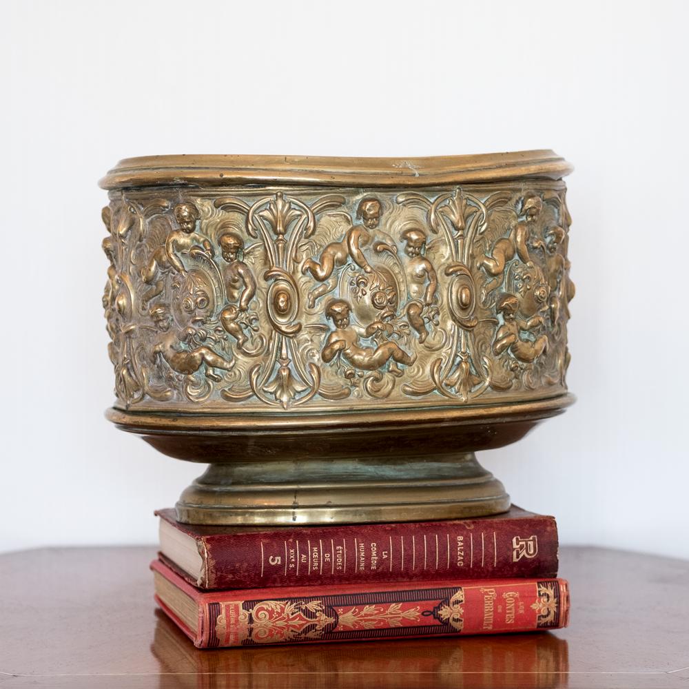 Cache pot époque XIXème en laiton à décor d'angelots et feuillage à retrouver sur le site www.lescuriositesdemilie.fr