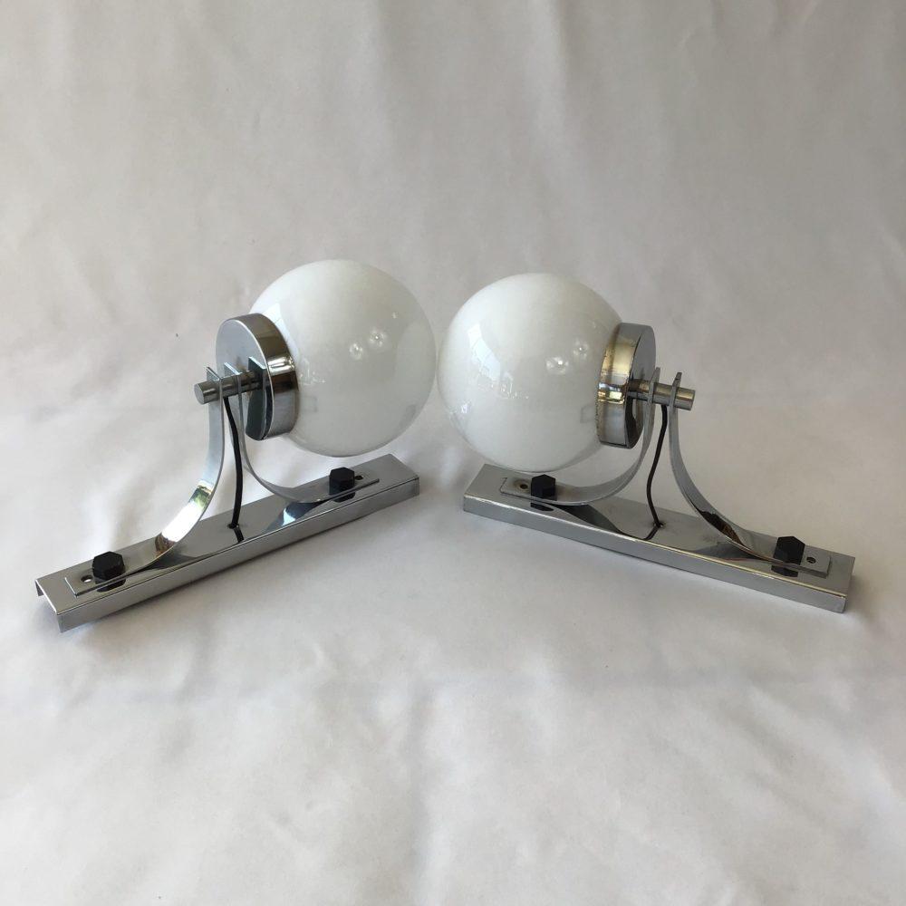 Paire d'appliques vintage en métal chromé et globe en verre opaque blanc années 60-70 à retrouver sur le site www.lescuriositesdemilie.fr 1