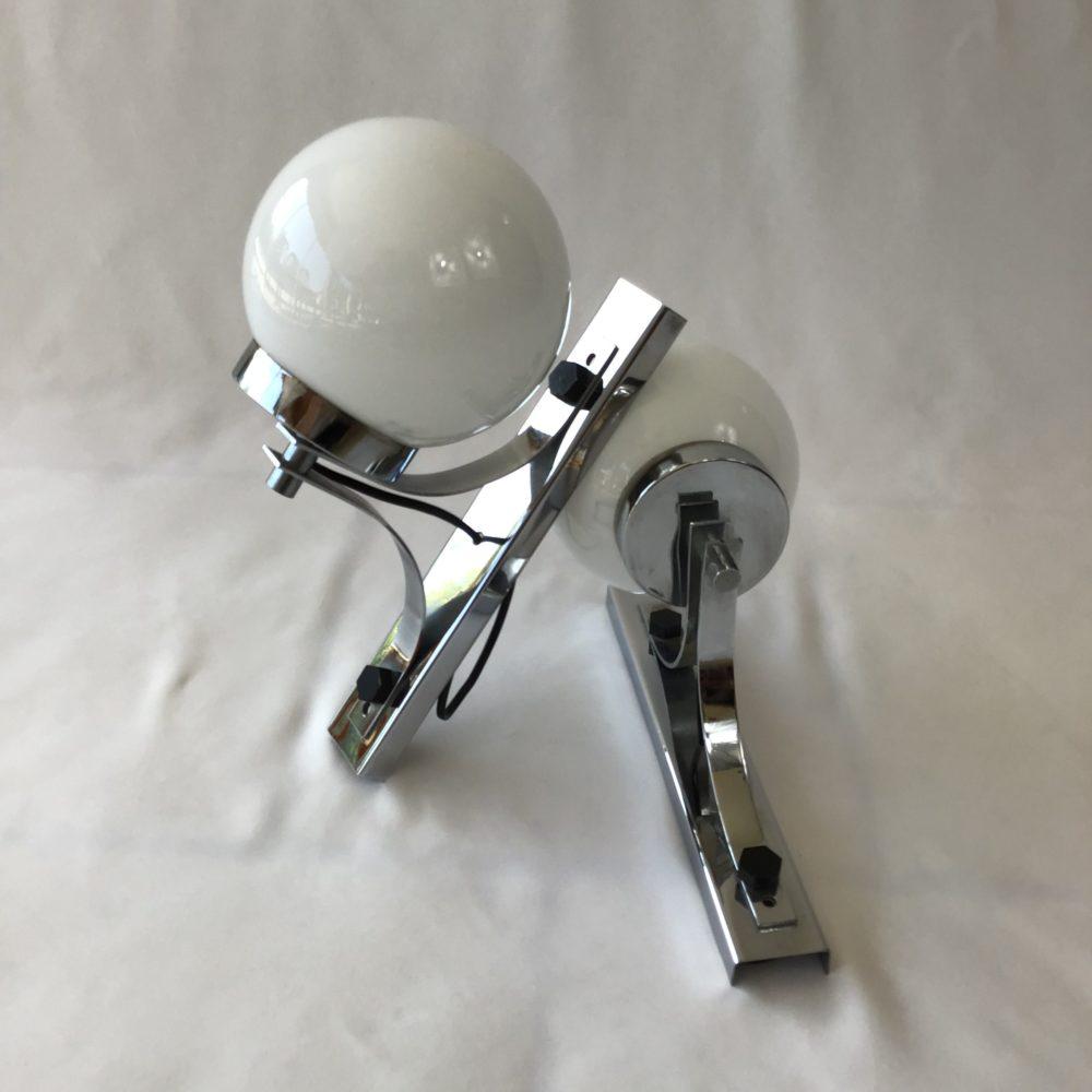 Paire d'appliques vintage en métal chromé et globe en verre opaque blanc années 60-70 à retrouver sur le site www.lescuriositesdemilie.fr 2