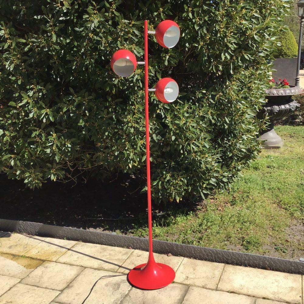 Lampadaire années 80 en métal rouge à trois feu à retrouver sur le site www.lescuriositesdemilie.fr 1