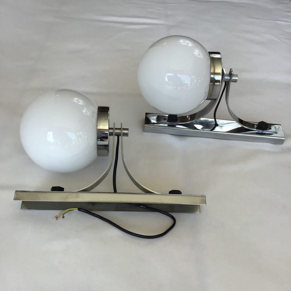Paire d'appliques vintage en métal chromé et globe en verre opaque blanc années 60-70 à retrouver sur le site www.lescuriositesdemilie.fr 6