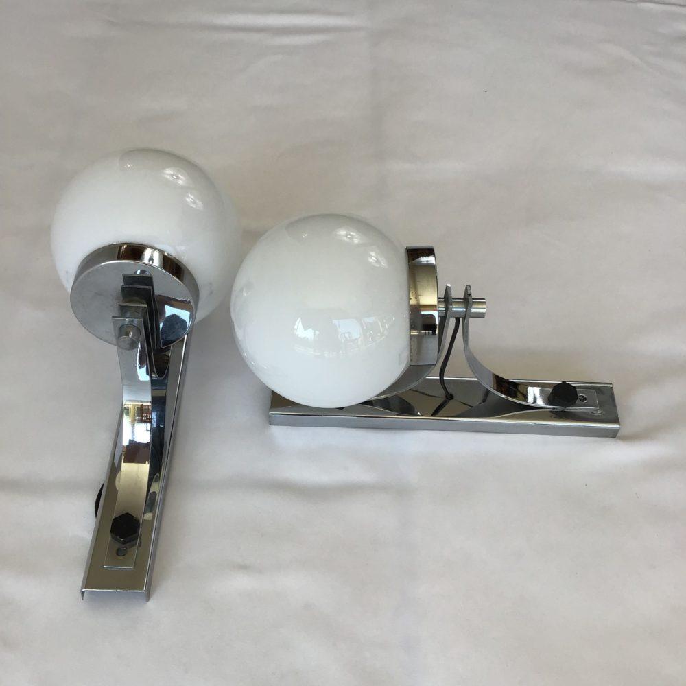 Paire d'appliques vintage en métal chromé et globe en verre opaque blanc années 60-70 à retrouver sur le site www.lescuriositesdemilie.fr 7