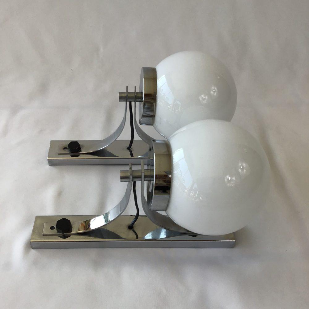 Paire d'appliques vintage en métal chromé et globe en verre opaque blanc années 60-70 à retrouver sur le site www.lescuriositesdemilie.fr 8