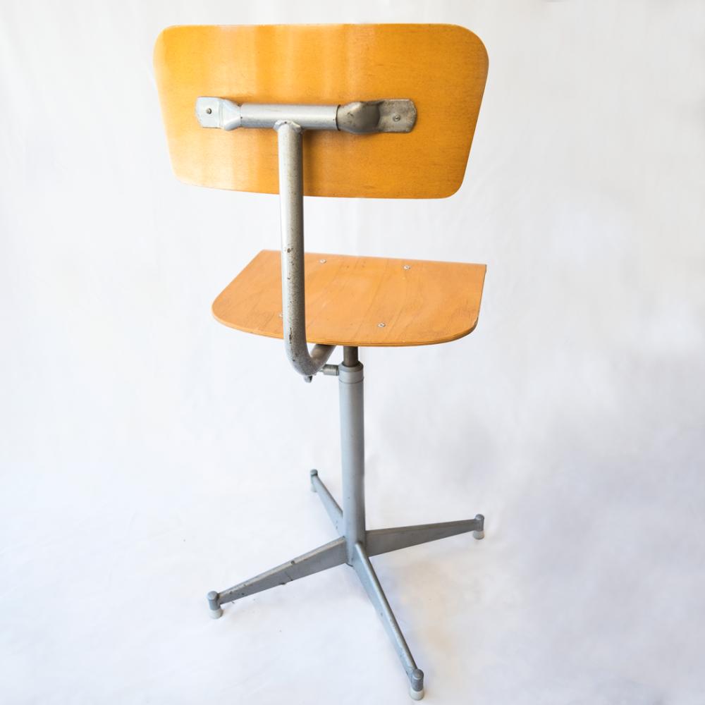 chaise-ecolier-années-50-vintage-mobilier-industriel-les-curiosites-demilie 1