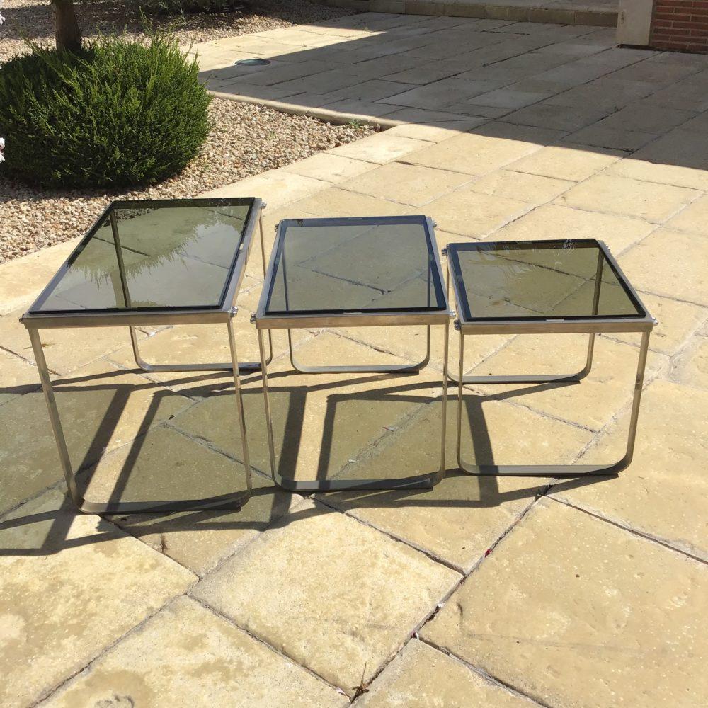 Table-gigogne-années-70-en-acier-chrome-verre-fumé-vintage-les-curiosites-d-emilie