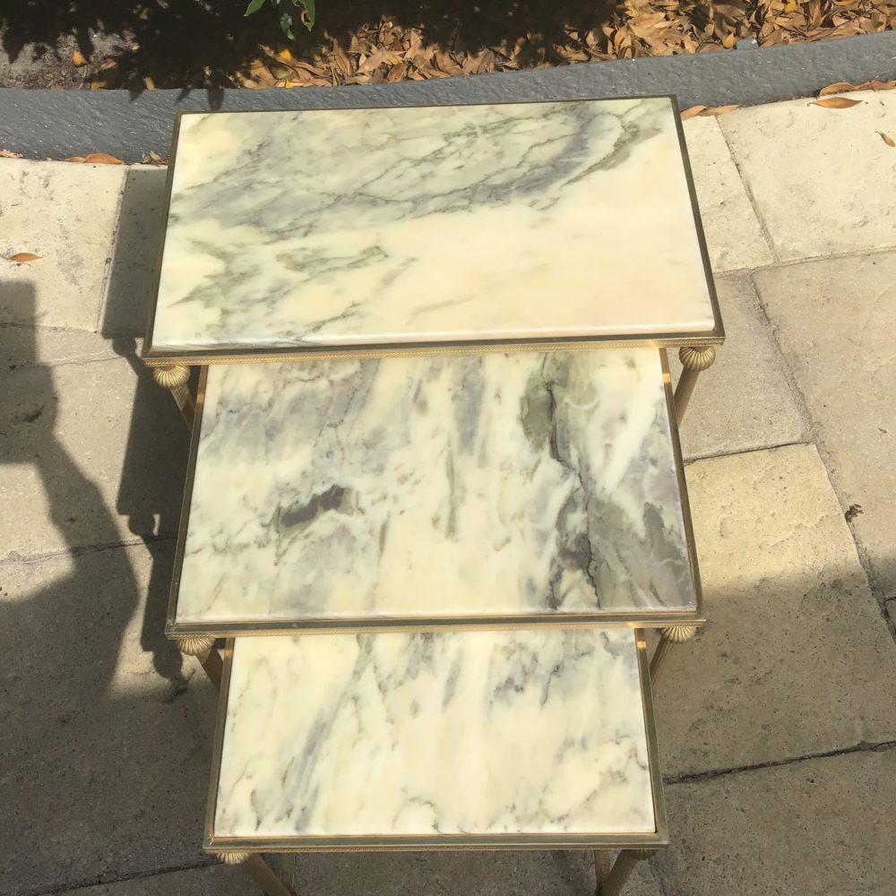 TABLES-GIGOGNES-DESSUS-MARBRE-BLANC-LAITON-ANNEES-70-LES-CURIOSITES-D-EMILIE-1